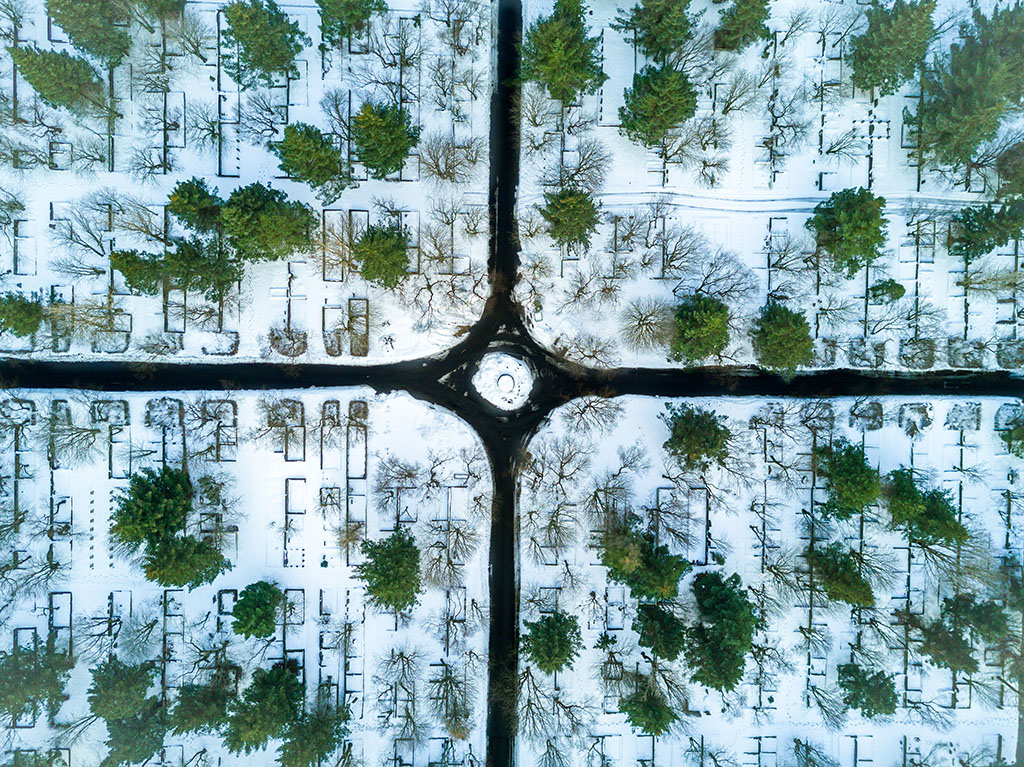 An intersection amongst the forests of Reykjavik, with snow on the ground